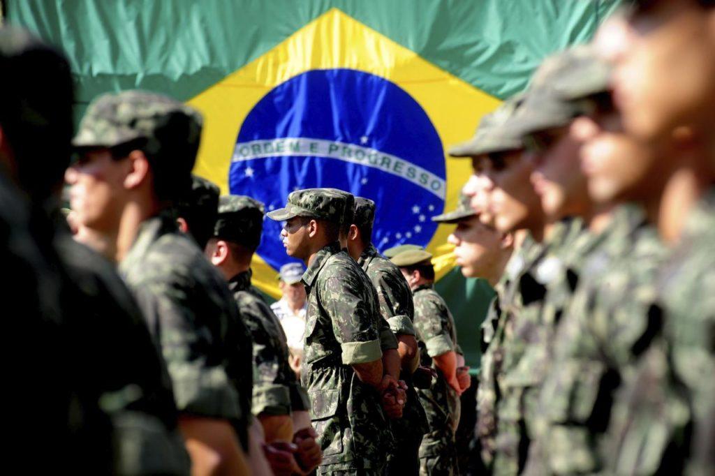 Exercito Brasileiro ao fundo a bandeira - Fatos Militares