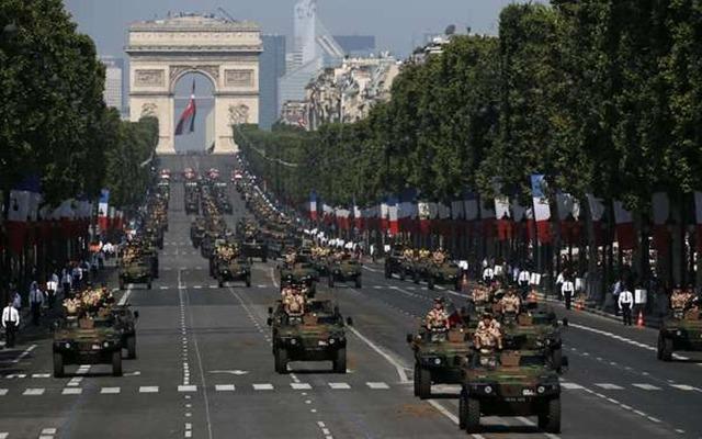 Um desfile militar em Paris - Fatos Militares
