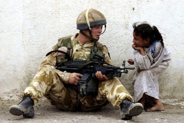 Um soldado conversa com uma garotinha (2011)