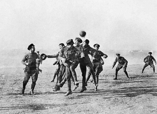 Uma partida de futebol improvisada entre soldados britânicos e alemães (Primeira Guerra Mundial, 1914)