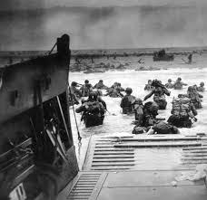 Soldados desembarcando no dia D