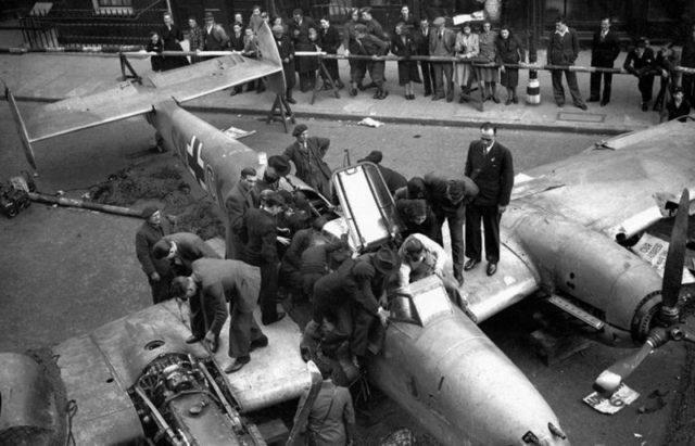 Um Bf-110D sendo exibido para soldados britânicos e civis em Londres, 1940.