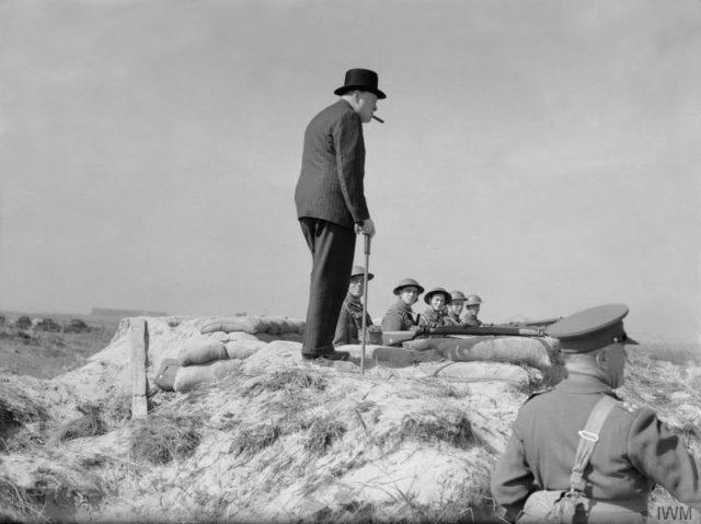 O primeiro-ministro Winston Churchill encontra com soldados da infantaria em uma posição de defesa costeira perto de Hartlepool em 31 de julho de 1940.