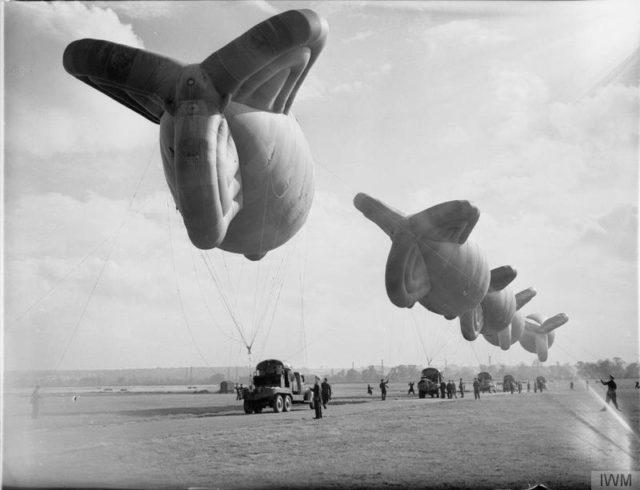 Os Balões da barragem são guinchados pela unidade do treinamento de balões em Cardington, Bedfordshire.