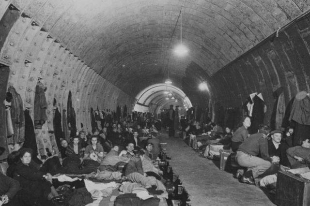 Por causa dos ataques aéreos alemães, milhares de cidadãos tiveram que se abrigar em túneis do metrô.