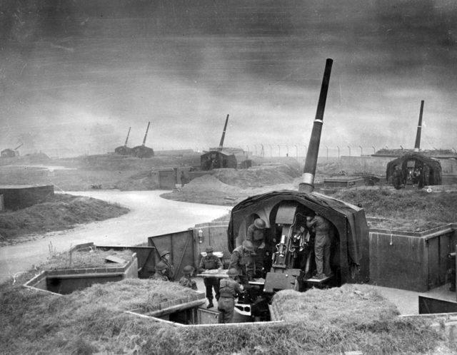 Uma bateria antiaérea de 4,5 polegadas era um dos dois canhões antiaéreos médios usados pela artilharia real durante a batalha.