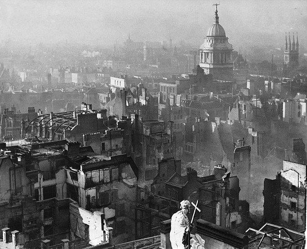 Vista da catedral de St Paul após os ataques da Luftwaffe.