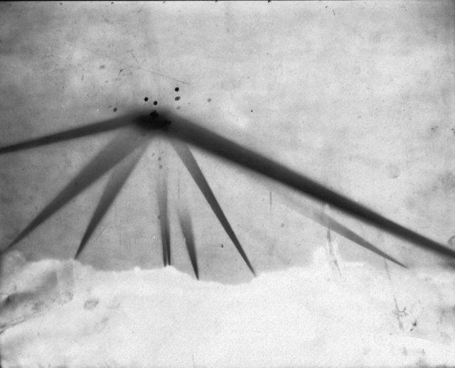 Foto em negativo tirada durante a Batalha de Los Angeles