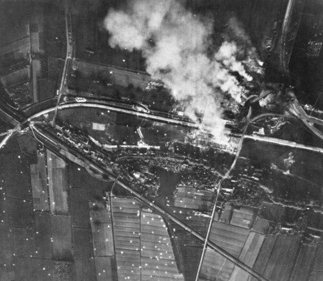 Aeródromo de Waalhaven sendo destruída. Observe os pára-quedas brancos. - Fatos Militares