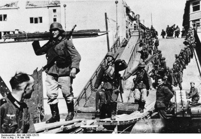 Engenheiros alemães constroem uma ponte temporária em Maastricht. - Fatos Militares