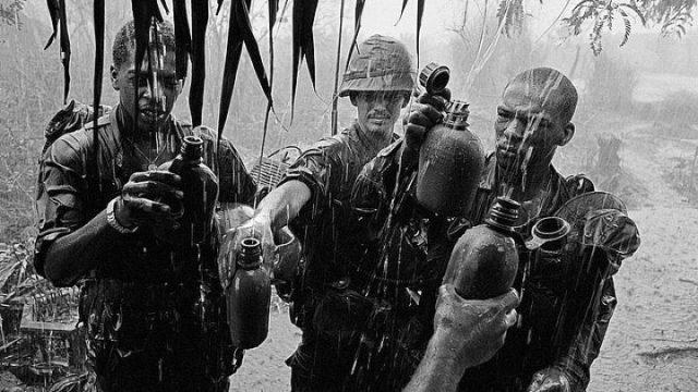 Soldados pegando água durante uma chuva