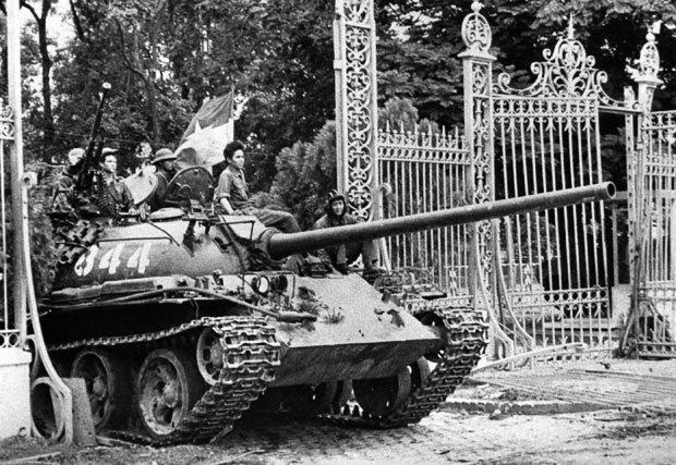 Tanque norte-vietnamita invade o Palácio Presidencial em Saigon sinalizando a queda do Vietnã do Sul.