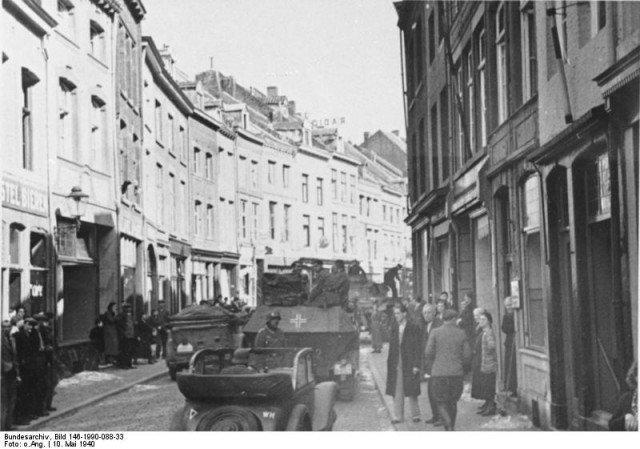 Tropas alemãs e equipamentos nas ruas de Maastricht. - Fatos Militares