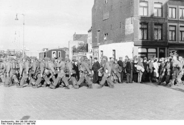 Tropas alemãs em marcha em Maastricht. - Fatos Militares