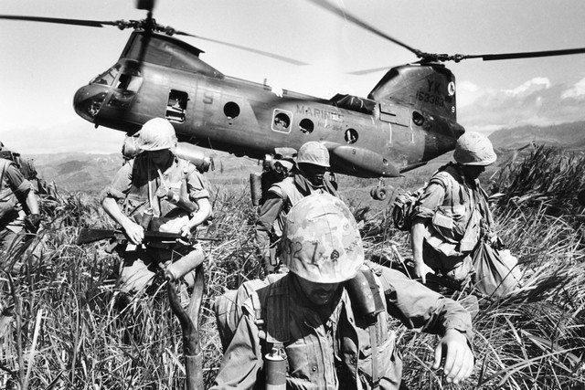 Tropas americanas deixando um helicóptero da marinha.