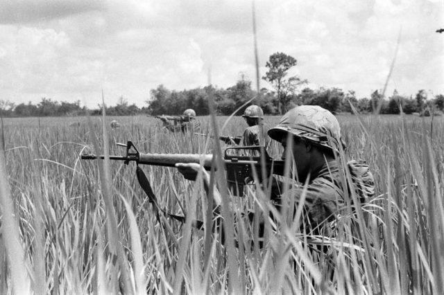 Um pelotão de rifle prepara-se para a batalha neste campo vietnamita.