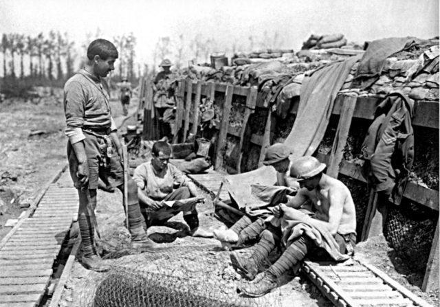 Trincheira em construção - Fatos Militares