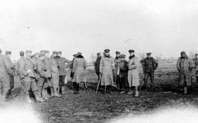 Tropas britânicas e alemãs reunidas em terra de ninguém durante a trégua de Natal - Fatos Militares