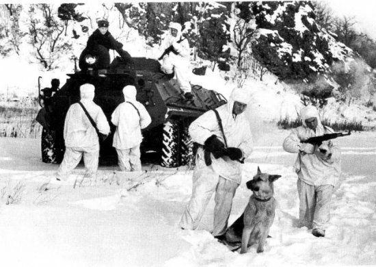 Soviéticos em um blindado BTR-60 na fronteira.