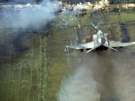 F-4 Phanton do USMCdisparando foguetes sobre posições inimigas.