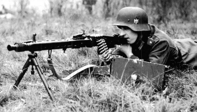 Um soldado da Alemanha Nazista segurando uma MG-42