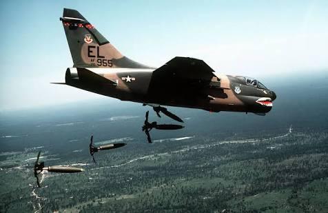 A-7 Corsair II lançando bombas.