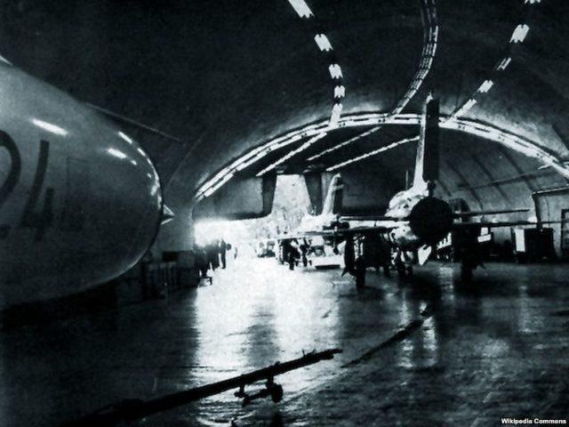 interior da Base Aérea de Željava quando estava ativa