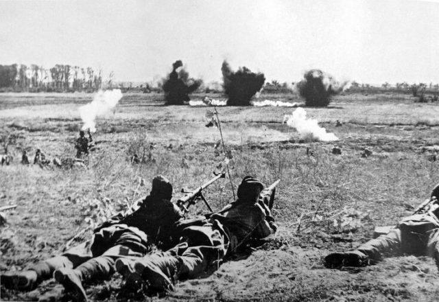 Soldados soviéticos aos arredores da cidade