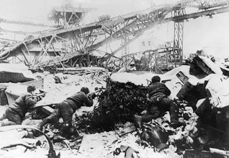 Soldados soviéticos em uma fábrica destruída
