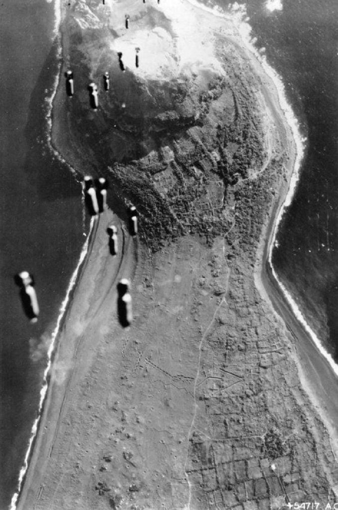 Bombas sendo lançadas de um bombardeiro americano durante a Conquista de Iwo Jima