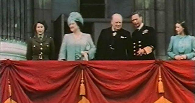 Familia Real na varanda do Palácio de Buckingham no fim da Segunda Guerra Mundial