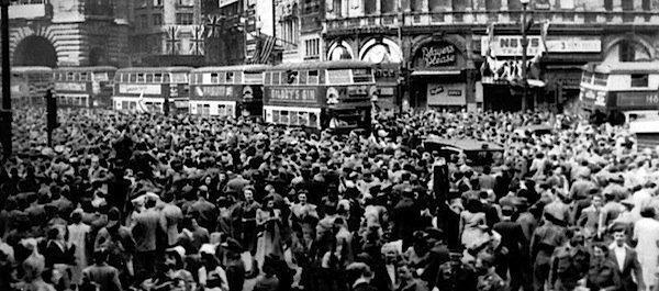 Pessoas comemorando o Fim da Segunda Guerra em Londres