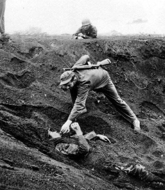 Soldado americano dando um cigarro ao soldado japonês em Iwo Jima