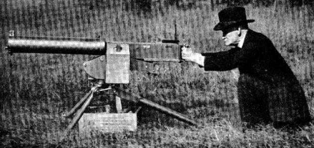 John Moses Browning testando seu novo projeto, a metralhadora pesada M1921