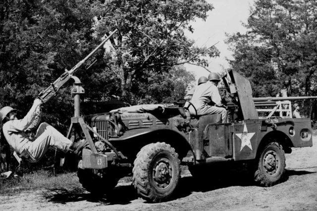 Soldado vigia os céus com sua Browning M2HB.
