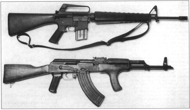 EUA com o M-16 e URSS com o AKM