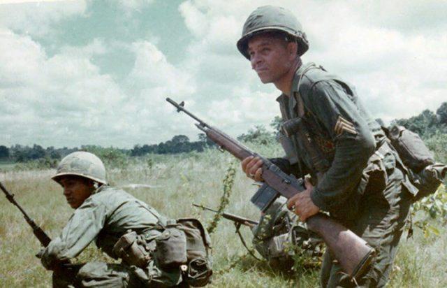 Soldado empunha seu fuzil M-14 durante batalhas na Guerra do Vietnam