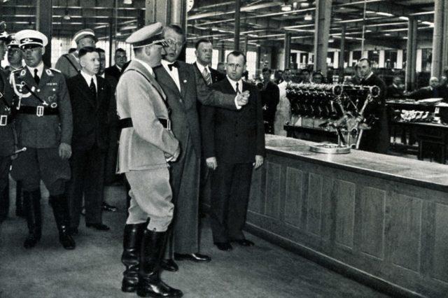 Adolf Hitler com Granz-josef em uma fábrica da BMW