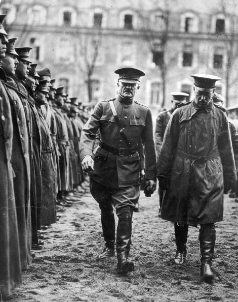 O general John Pershing inspeciona tropas britânicas em Brest, França, 1918