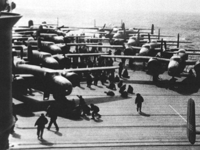 B-25B Mitchell no convés do USS Hornet