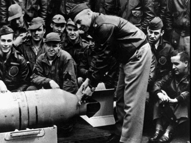 James Doolittle amarrar medalhas em uma Bomba