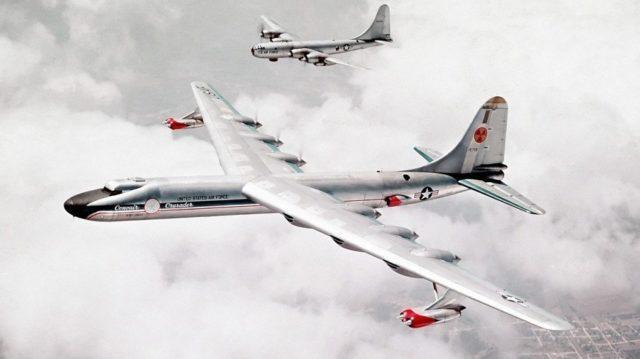 O símbolo de radiação na cauda indica a perigosa carga do Convair NB-36H (USAF)