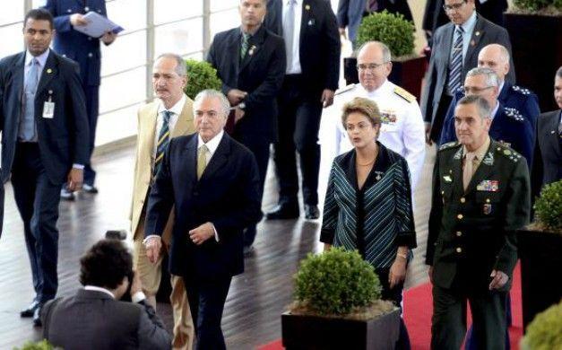 Brasília - A presidenta Dilma Rousseff e o vice-presidente, Michel Temer, participam de solenidade onde recebem os cumprimentos de oficiais-generais no Clube do Exército