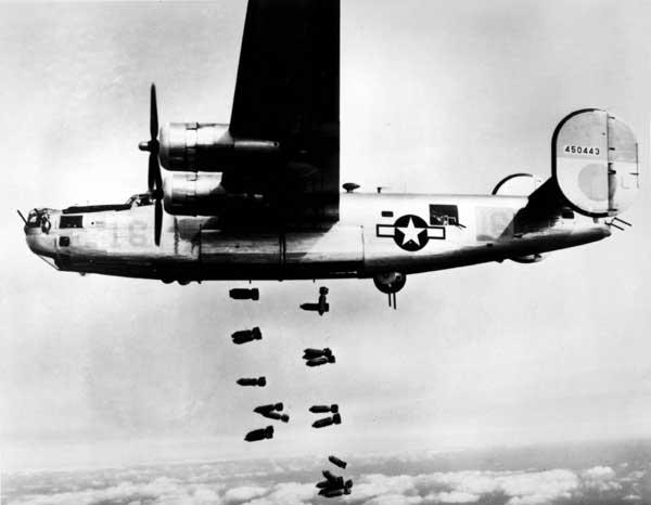 Um b-24 americano lançando bombas durante a Segunda Guerra Mundial.