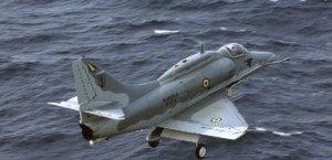 Acidente foi durante treinamento com outro caça a 24 milhas da costa. Marinha faz grande operação para encontrar o piloto.
