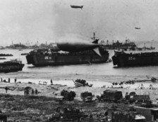 grandes-navios-de-guerra-dirigiveis-caminhoes-e-botes-ilustram-uma-cena-da-chegada-das-tropas-aliadas-a-normandia-no-dia-6-de-junho-de-1944-que-ficou-conhecido-como-o-dia-d-1401993168343_956x500