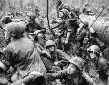 Soldados norte-americanos entrincheirados em uma cratera, em Phuoc Vinh. 15/06/1967. Foto: Henri Huet/AP