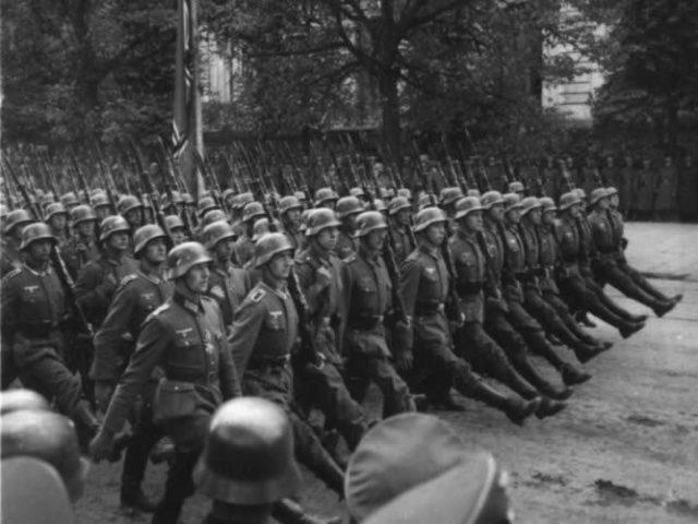 Apesar do que muitos acham, o exército alemão (Wehrmacht) não usava a saudação nazista. Ele só passou a usá-la depois de julho de 1944, quando Hitler sofreu um atentado.
