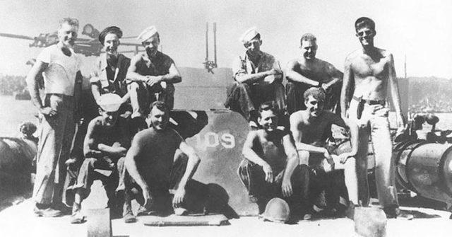 O Tenente John F. Kennedy, (à direita) com outros tripulantes a bordo PT-109, 1943.