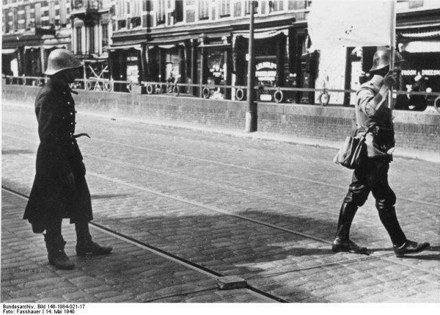 Durante a conquista de Rotterdam, um enviado holandês entra linhas alemãs para discutir termos de rendição. - Fatos Militares